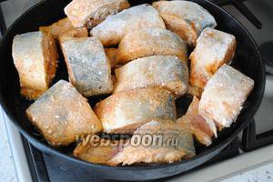 На сковороде раскалить 70 мл подсолнечного масла и обжарить рыбные стейки со всех сторон до румяной, хрустящей корочки.