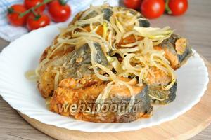 На жареную рыбу выложить лук и можно подавать к столу.