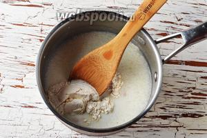 150 мл молока нагреть до 37°С. Добавить раскрошенные дрожжи 10 г, муку (2 ст. л.), сахар 3 ст. л. Перемешать. Оставить в тёплом месте на 15-20 минут.