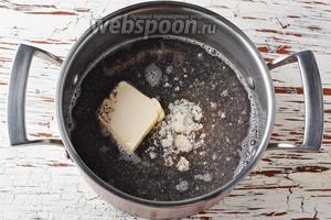В толстостенную кастрюлю поместить мак, воду 150 мл, сахар 4 ст. л., сливочное масло 2 ст. л.
