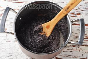 Довести до кипения и готовить, помешивая, 4-5 минут, пока начинка не загустеет, а вся вода не впитается в мак. Остудить.