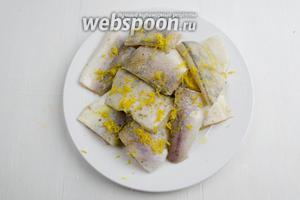 Нарезать филе рыбы (400 г) на порционные куски. Взбрызнуть их соком лимона (2 ст. л.), полить подсолнечным маслом (1 ст. л.), посолить (1 щепотка), смешать с натёртой цедрой лимона. Накрыть подготовленную рыбу пищевой плёнкой. Поставить тарелку с рыбой в холодильник.