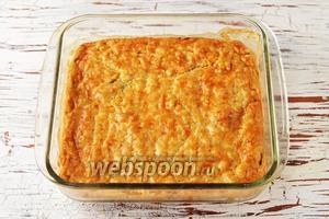 Готовить пирог в предварительно разогретой до 180°С духовке до золотистого цвета (приблизительно 40 минут). Луковый пирог с плавленым сыром готов. Нарезайте пирог, дав ему предварительно немного остыть.