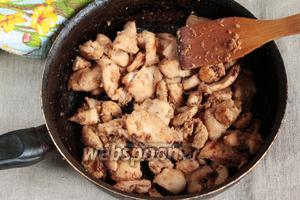 С маринада убрать плёнку, ещё раз тщательно перемешать. В сковороде разогреть пару ложек оливкового масла. Выложить филе вместе с луком и маринадом, жарить на сильном огне, периодически перемешивая, до полного испарения жидкости и подрумянивания кусочков филе. Куриная начинка готова!