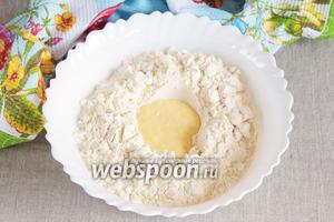 Муку кукурузную 250 г и муку пшеничную 160 г просеять и смешать. Масло сливочное (50 г) растопить и растворить в нём 1 щепотку соли. Добавить масло в мучную смесь и перетереть в крошку.