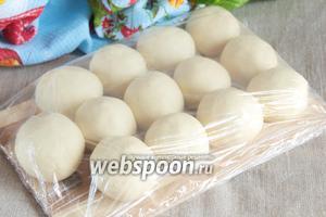 Сформовать из теста шарики размером с куриное яйцо, накрыть пленкой и оставить на 1 час.