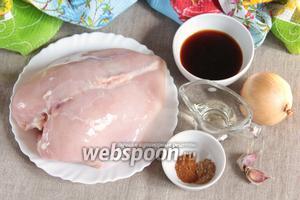 Пока «отдыхает» тесто, можно приготовить начинки. Основные ингредиенты, которые потребуются для приготовления куриной начинки: куриная грудка, соус Терияки, масло оливковое, лук репчатый, чеснок, молотые имбирь и красный перец острый.