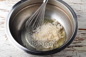 В миске соединить 2 куриных белка, лимонную кислоту 0,2 ч. л. и 100 г сахара.