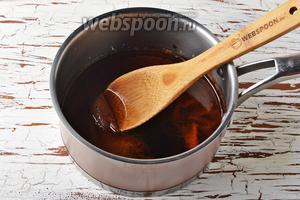 Аккуратно влить в сотейник 100 мл воды (не обожгитесь, так как вода начнёт сильно кипеть и бурлить). Перемешать смесь до растворения сахара. Если вы увидите, что не весь сахар растворился, верните сотейник на плиту и, нагревая смесь на небольшом огне и помешивая, доведите всё до однородности.