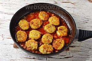 Выложить котлеты в томатный соус и прогреть под крышкой 4-5 минут.