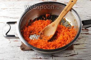 Обжарить морковь, помешивая, 3-4 минуты на подсолнечном масле (2 ст. л.).
