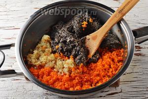 Соединить в сковороде морковь, лук, грибы. Приправить солью 1 ч. л., чёрным молотым перцем 0,2 ч. л. Перемешать. Готовить, помешивая, 3-4 минуты.