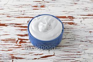 Для дальнейшей работы мы будем использовать двойную порцию крема из маршмеллоу (из 4 белков). Также тут можно использовать другой крем, например, сметанный крем с желатином, сметанно-творожный крем с желатином или заварной крем со взбитыми сливками.