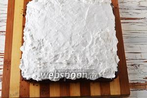 Остальным кремом смазать пирог сверху.