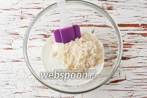 Соединить 400 грамм сметаны и сахар (3 ст. л.). Оставить на 5 минут, а затем взбить слегка венчиком, до полного растворения сахара.