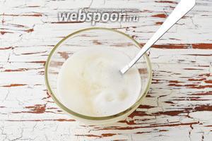 Соединить охлаждённую желатиновую смесь и 2-3 столовых ложки сметанной смеси. Перемешать.