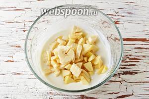 Выложить в сметанную смесь очищенные и нарезанные кусочками 1 яблоко и 1 банан. Перемешать.