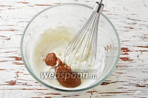 Добавлять в сливки по 1 столовой ложке карамельной массы и очень аккуратно, и нежно, снизу вверх по кругу перемешивать венчиком (не взбивать!).
