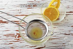 Из лимона выжать необходимое количество сока — 3 чайных ложки.