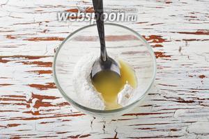 Соединить сахарную пудру и лимонный сок.