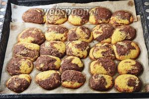 Выпекать печенье в предварительно разогретой до 180°С духовке 12-15 минут, до слегка золотистых краёв.