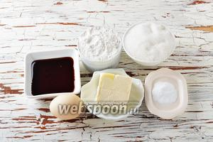 Для работы нам понадобится пшеничная мука, сахар, жжёнка, сода, яйцо (желток), маргарин.