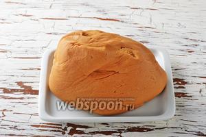 Замесить очень мягкое, нежное тесто. Оно уже должно держать форму, но не должно быть слишком плотным.