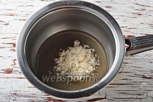 Пока пекутся пряники, вы можете приготовить глазурь. Для этого соедините воду 4 ст. л. и 0,7 стакана сахара, доведите до кипения и проварите 1 минуту, помешивая, чтобы сахар полностью растворился.