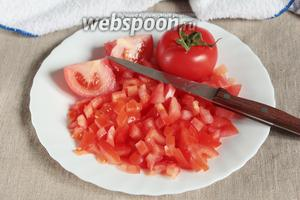 Добавить в лук мелко рубленные свежие помидоры (700 г), довести до кипения. На среднем огне кипятить минут 15.