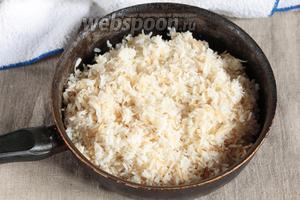 Заранее промыть рис длиннозернистый 150 г. Добавить рис к обжаренной вермишели, тщательно перемешать. Разровнять, залить аккуратно кипящей водой, примерно на 1 сантиметр выше уровня крупы. Варить на огне чуть ниже среднего, при закрытой крышке, до полного испарения воды. Убрать с огня, оставить под крышкой ещё минут на 20. Готовый пилав перемешать.
