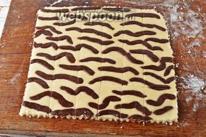 С помощью кухонного или фигурного ножа, нарезать печенье квадратами или прямоугольниками.