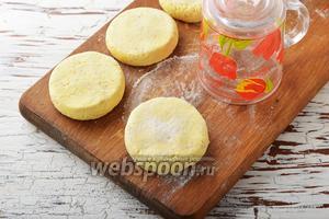 На доске, с помощью стакана, сформировать круглые сырники.