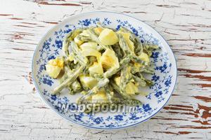 Салат из зелёной фасоли с яйцом готов.