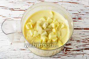 1 яблоко очистить от кожуры, удалить сердцевину, нарезать небольшими кусочками. Подмешать яблоко в творожную массу.