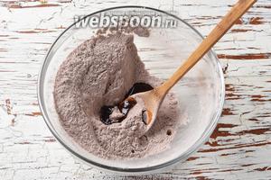 Воду нагреть до кипения. Влить кипящую воду (3 ст. л.) в смесь какао и пудры и хорошо растереть. Не добавляйте сразу всю воду. Возможно, вам понадобится чуть меньше или больше воды.