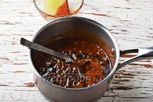 Влить смесь из воды и какао в сотейник. Перемешать.
