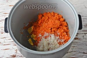 Поместить в чашу мультиварки (у меня мультиварка Polaris) морковь, 2 столовых ложки сливочного масла, 20 г сахара, промытый изюм (30 г).