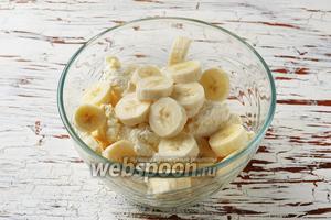 500 грамм творога соединить с очищенными и нарезанными 2 бананами.