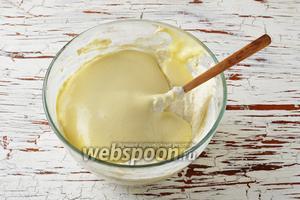 Вмешать в творожную массу набухшую манную крупу с молоком, а затем аккуратно, частями, — взбитые с сахаром яйца.