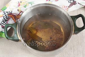 В оставшуюся часть маринада добавить 5 ст. л. яблочного уксуса (6%). Довести маринад до кипения.
