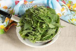 Листья молодой крапивы (150 грамм) тщательно промыть. Откинуть на дуршлаг и дать стечь воде.