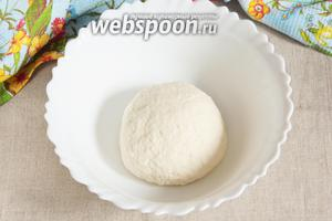 Тесто получается эластичное, не тугое и не липнущее к рукам. При необходимости добавить муки или воды, так как одно и то же количество муки может сильно отличаться по свойствам. Накрыть полотенцем и оставить тесто «отдохнуть», пока готовится начинка.