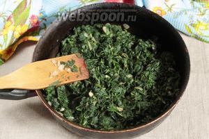 Добавить к луку крапиву, тщательно перемешать, бланшируя крапиву. Вбить 2 куриных яйца, тщательно перемешать. Убрать с плиты.