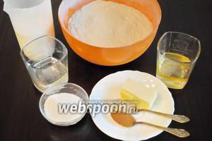 Для приготовления теста подготовить продукты: муку пшеничную, молоко, дрожжи, масло сливочное и сахар.