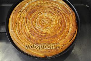 Перед выпеканием немного прижмите верхушку пирога, в особенности центр, чтобы при выпечке пирога верхушка осталась ровной, а не куполообразной. Выпекать пирог при 180°C минут 40-60. Не дав остыть карамели, пирог перевернуть на блюдо.