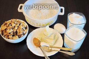 Для приготовления пирога «Сладкая крошка» потребуются ингредиенты: мука, сахар, сливочное масло, яйцо, орехи, кефир, соду, корицу молотую и имбирь.