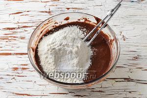 Соединить масляную и пивную смесь. Взбить до образования однородной массы. Пшеничную муку 200 г просеять с разрыхлителем 0,25 ч. л. и содой 1 ч. л. Ввести мучную смесь в масляную и перемешать до полного соединения ингредиентов.