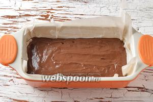 Кексовую форму выложить пергаментной бумагой. Вылить тесто в форму (у меня получились 2 кексовых формы), разровнять.