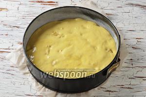 Форму (диаметром 24 сантиметра) выложить пергаментом. Смазать дно и стенки подсолнечным маслом (1 ст. л.) и присыпать мукой (1 ст. л.). Выложить тесто в форму и разровнять.