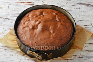 Выпекать в предварительно разогретой до 180°С духовке до готовности (до сухой лучинки) приблизительно 35 минут. Охладить. Перед подачей посыпать шарлотку сверху сахарной пудрой (1 ст. л.) и нарезать небольшими кусочками.
